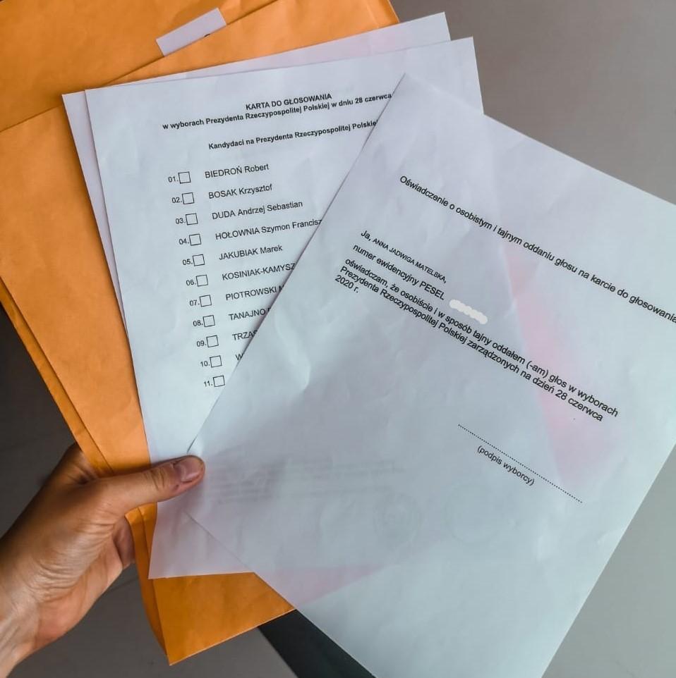 ręka trzymająca korespondencyjny pakiet wyborczy