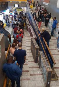 długa kolejka do kasy w supermarkecie osób z telewizorami