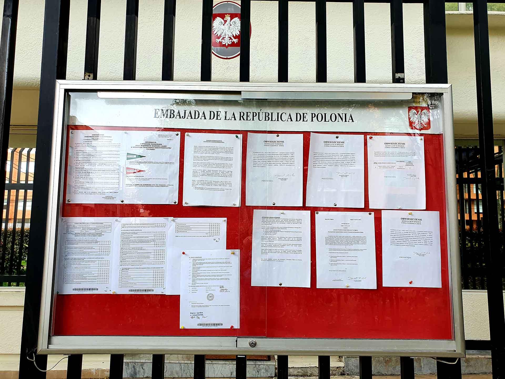 galota ogłoszeniowa na ogrodzeniu ambasady polski w kolumbii