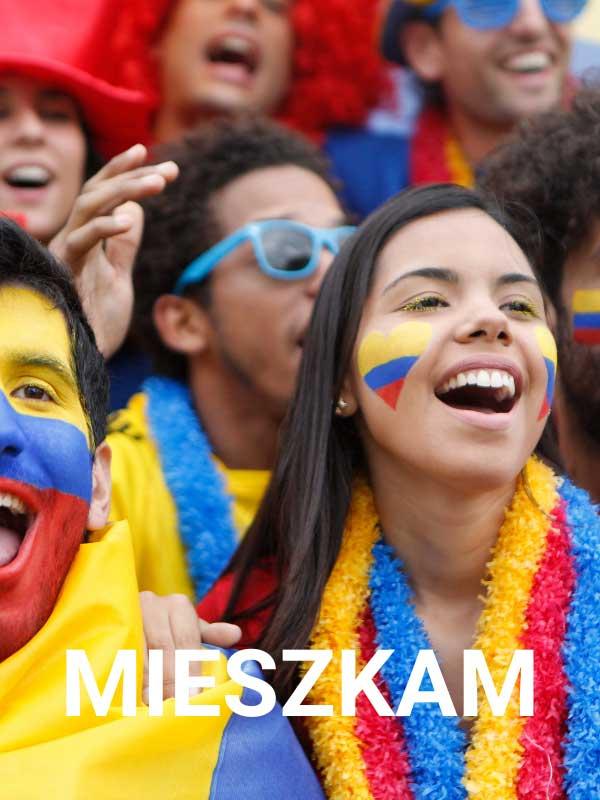 roześmiani kibice kolumbijscy w narodowych barwach