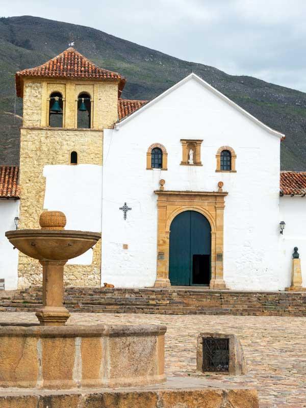 kolonialny kościół z fontanną