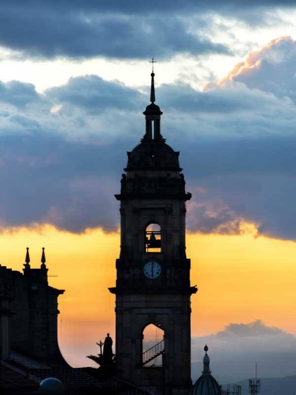 wieża katedry podczas zachodu słońca