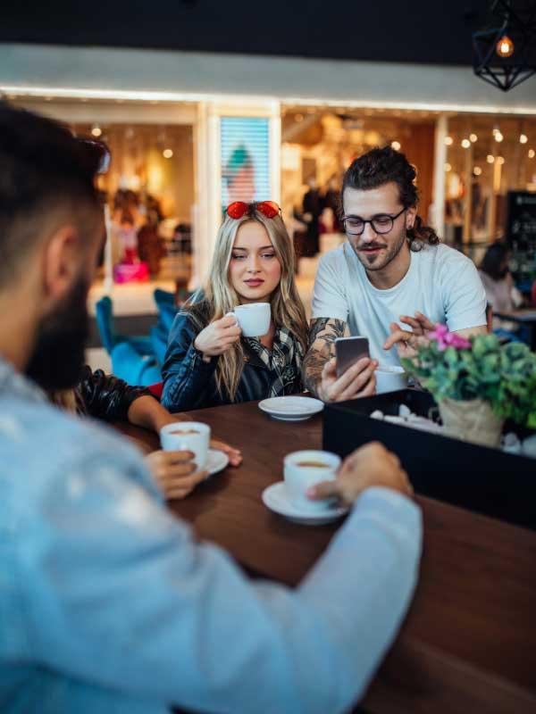 osoby pijące kawę przy barze
