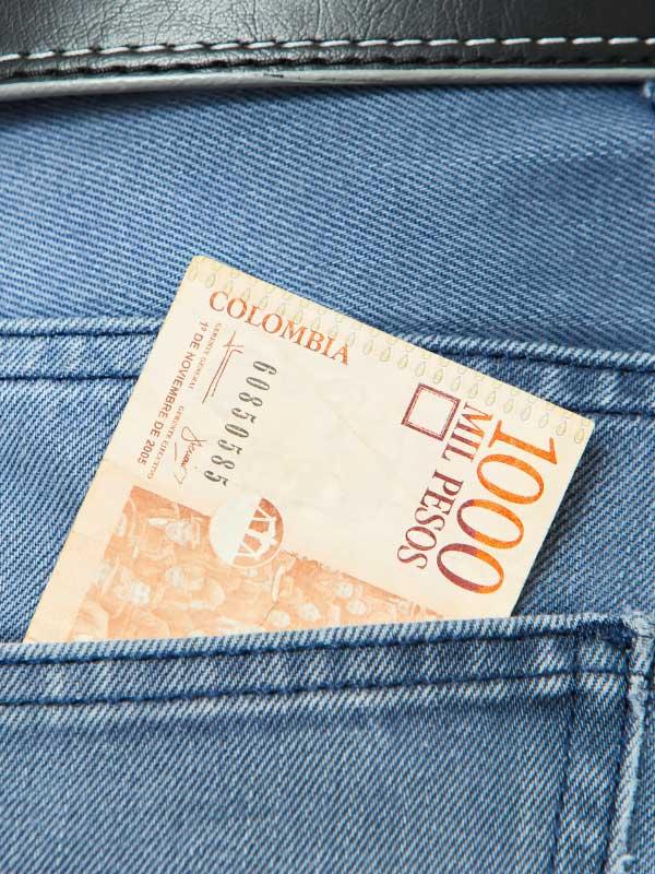 tysiąc kolumbijskich pesos w kieszeni dżinsów
