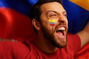 męzczyzna z kolumbijską flagą