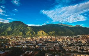Miasto Caracas z górami w tle
