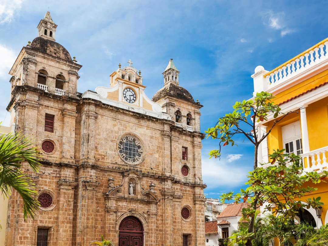 Budynek kolonialnego kościoła z cegły