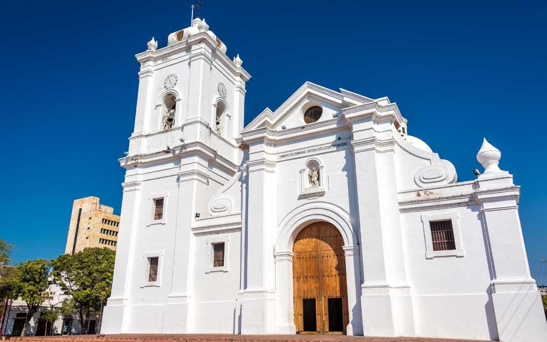 biała kolonialna katedra