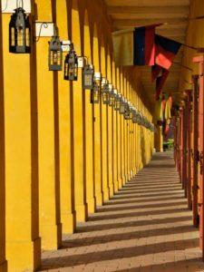 Korytarz z żółtymi kolumnami