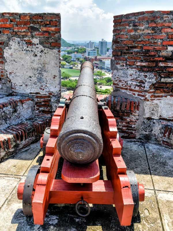 Armatka obronna na murach zamku