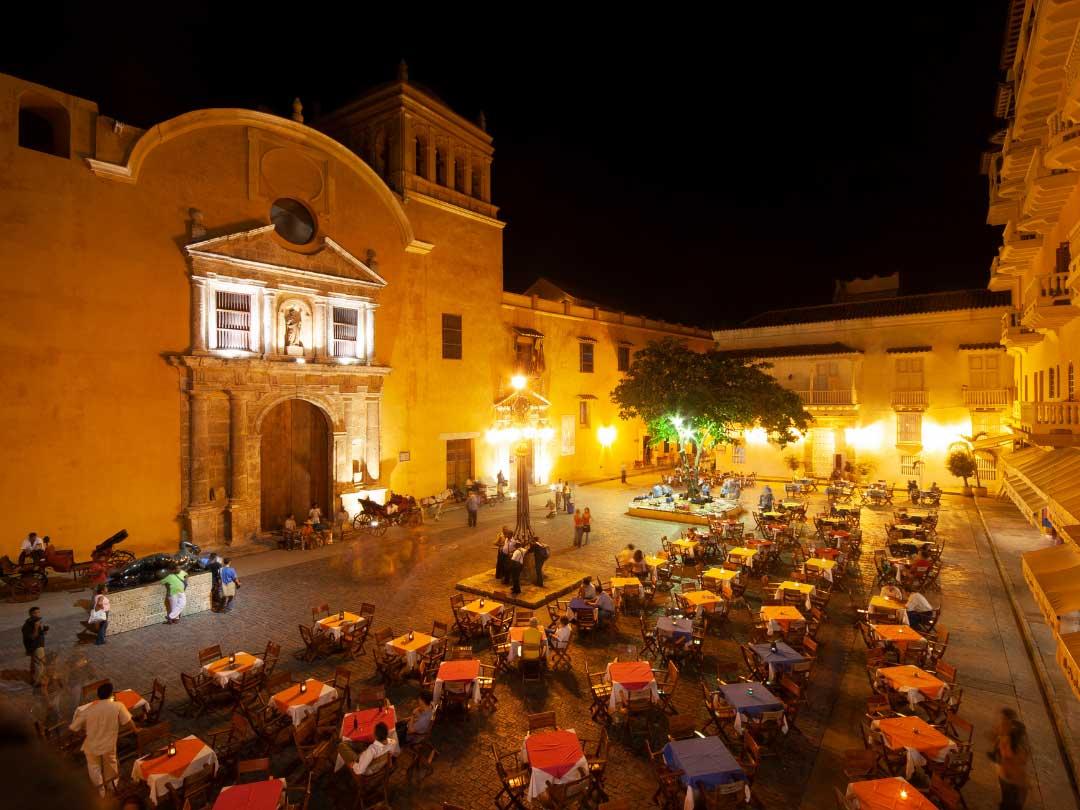 Plac miejski ze stolikami wieczorem