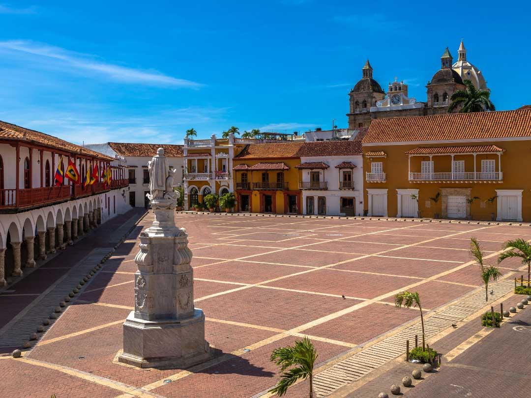 Kolonialny plac z pomnikiem