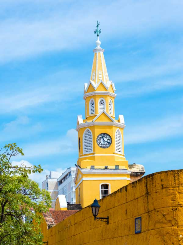 Żółta wieża zegarowa