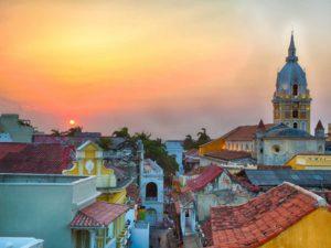 Zachód słońca nad kolorowymi dachówkami kolonialnego miasta