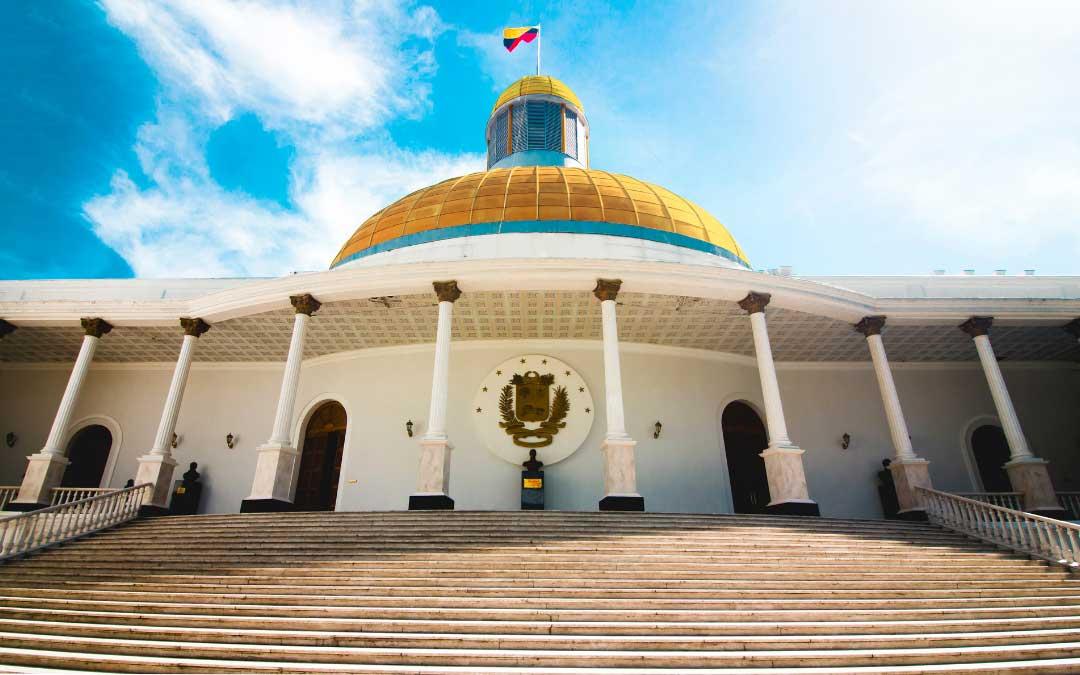 Budynek rządowy z kolumnami i złotą kopułą