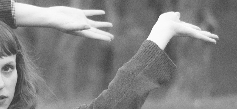 kobiece ręce w powietrzu
