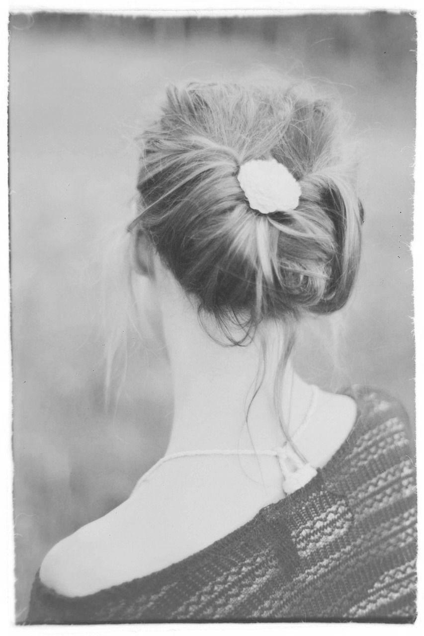 tył głowy kobiety z włosami spiętymi przy głowie