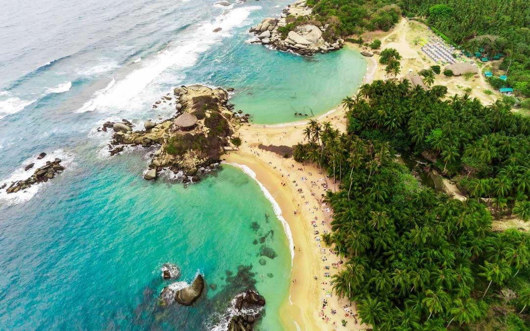 tropikalna plaża z loku ptaka z linią brzegową