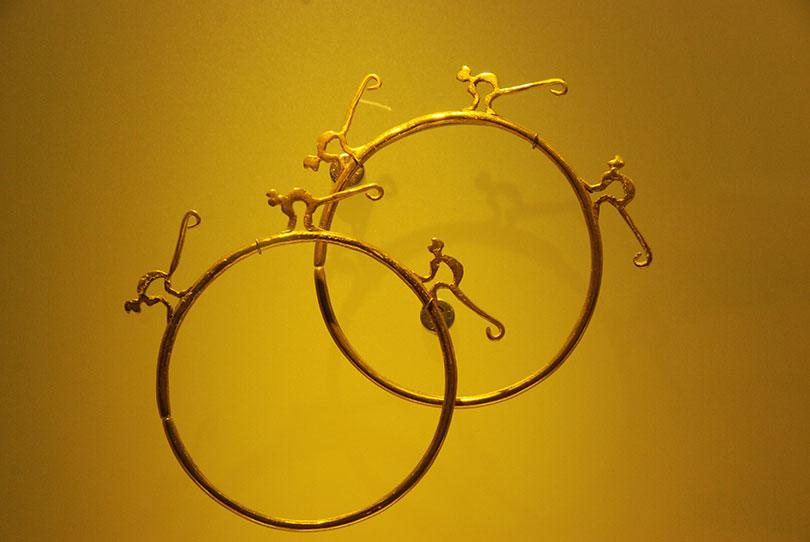 Ozdoba ze złota przedstawiająca dwa koła z figurkami małpek