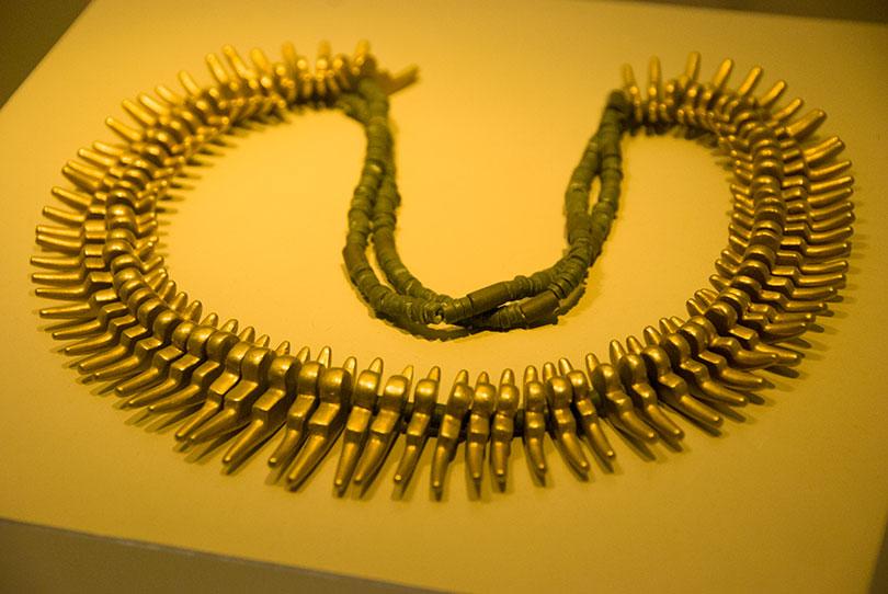 Ozdobny naszyjnik ze złota