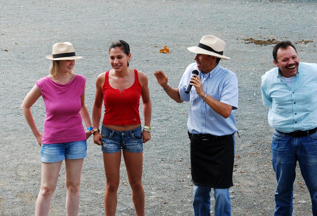 Dwie kobiety i dwóch mężczyzn na arenie rozmawiają