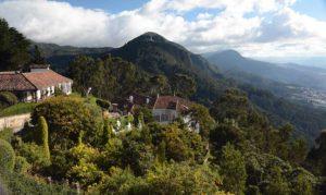 Widok na wzgórza i parę białych budynków