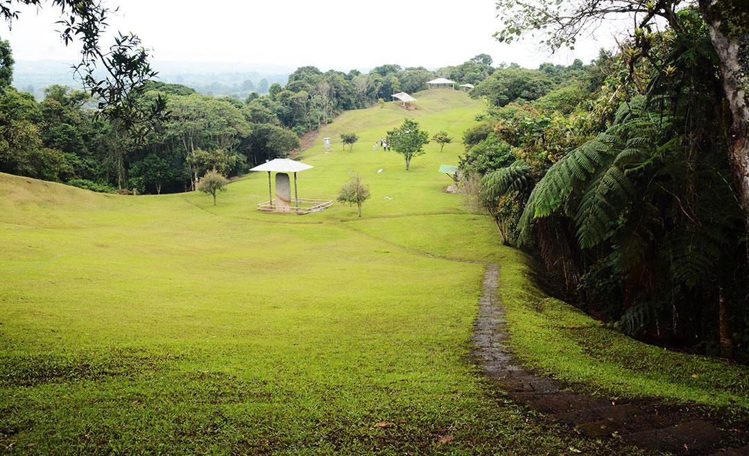 zielona górska dolina, w oddali grobowca pod zadaszeniem