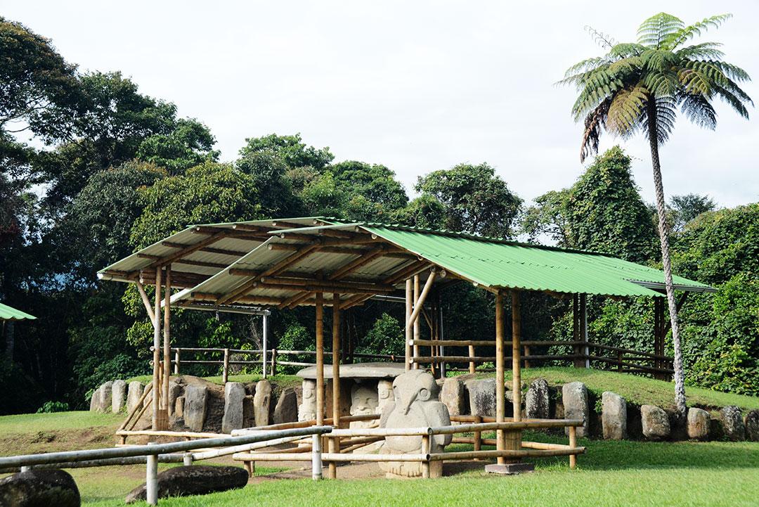 kamienny grobowiec z figurami pod zadaszeniem zrobionym z bambusa