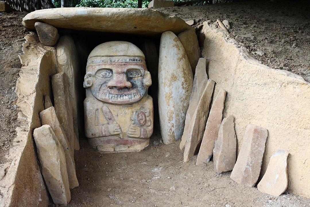 rzeźba z kłami strzeże kamiennego grobowca