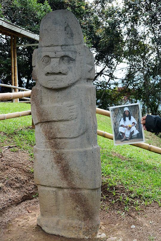 kamienny posąg podobny do indianina ze zdjęcia obok