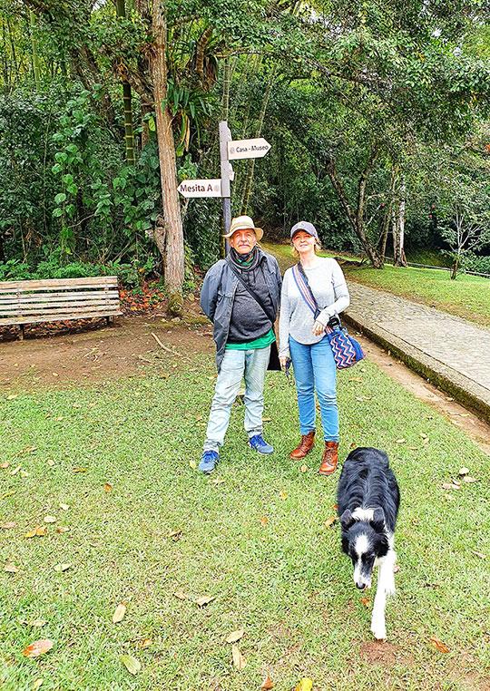 mężczyzna z kobietą i pies stoją na trawie