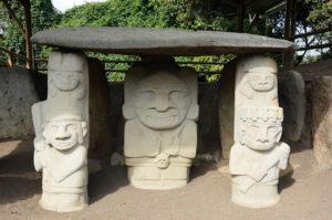 kamienny grobowiec z figurami