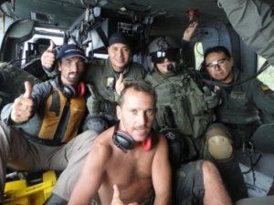 Grupa mężczyzn w środku helikoptera
