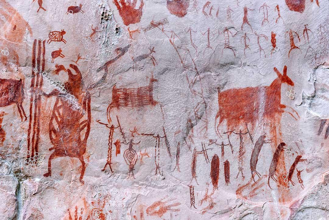 Malowidła naskalne przedstawiające ludzi, dzikie zwierzęta, odciśnięte dłonie i ni